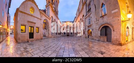 Vue panoramique de péristyle, place centrale au sein de Dioclétien dans la vieille ville de Split, la deuxième plus grande ville de Croatie dans le matin