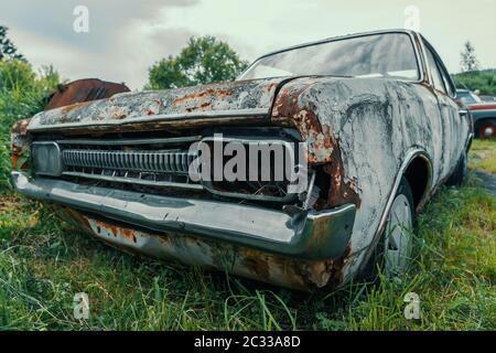 Vieille voiture rétro abandonnée et oubliée rouillée d'époque en mauvais état. Banque D'Images