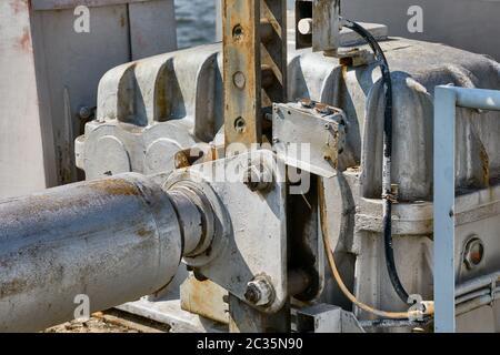 Ancien moteur électrique dans une machine industrielle