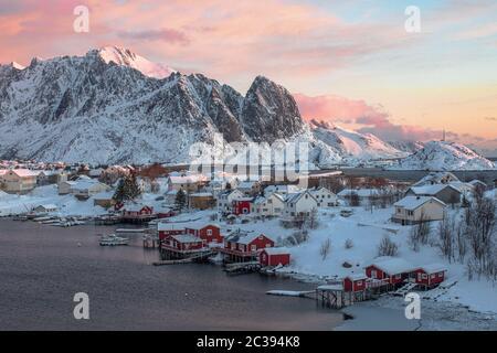 Le petit village arctique de Reine dans les îles Lofoten.