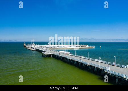 Vue aérienne de Sopot. Station de Sopot en Pologne. Jetée en bois (molo) avec marina et yachts. Sopot est la destination touristique principale en Pologne.