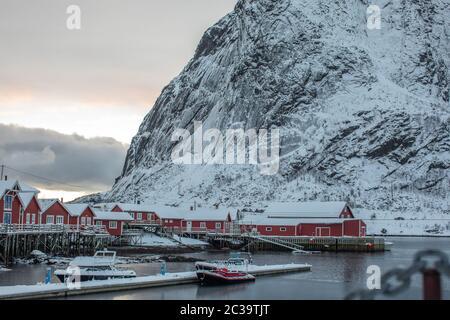 Un petit port arctique dans le village de Reine.