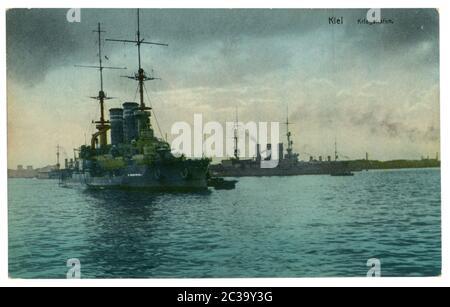 Carte postale historique allemande : navires de guerre dans le port de Kiel. Photo colorisée, World War One 1914-1918. Empire allemand