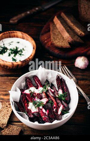 Frites de betterave cuite au four avec du yogourt et vinaigrette à l'aneth Banque D'Images
