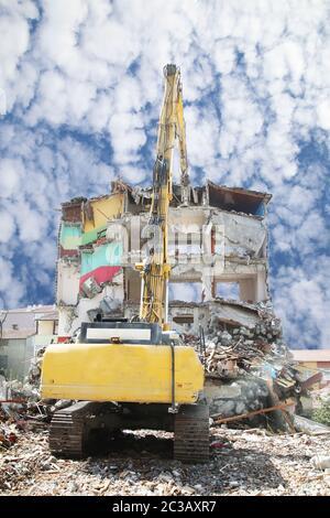 Pelle de démolition grande portée chantier de démolition. Machines de construction démolition de bâtiments. Banque D'Images