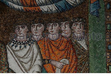 Cinq dames de la cour de Théodora, impératrice de l'Empire byzantin ou romain oriental, portent des robes de soie vives dans ce détail de l'une des mosaïques byzantines brillantes célébrant le domaine terrestre de l'empereur Justinien I (c. 482-565 AD) et son conjoint de part et d'autre de l'abside de la basilique San vitale du 6ème siècle à Ravenne, Émilie-Romagne, Italie. La mosaïque a été créée peu après que Ravenne a été capturée par Byzance des Ostrogoths. Il est aujourd'hui classé au patrimoine mondial de l'UNESCO, avec son art et son architecture byzantins réputés comme les meilleurs d'Europe occidentale. Banque D'Images