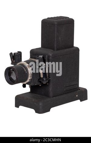 Projecteur vintage. Close-up d'un vieux projecteur noir pour l'affichage des diapositives et filmstripes isolé sur un fond blanc. Au siècle dernier divertissement Banque D'Images