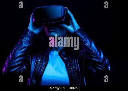 Jeune fille afro-américaine jouant au jeu avec des lunettes VR Banque D'Images