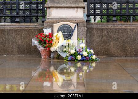 Memorial au PC Keith Palmer avec fleurs. Des hommages floraux organisés autour de la pierre de commémoration du policier tué au cours du terrorisme au Parlement