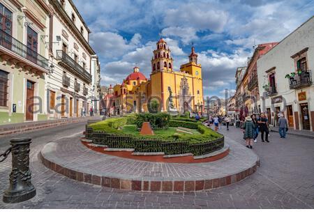 Guanajuato, Mexique - 26 février 2020 : Plaza de la Paz et basilique notre-Dame de Guanajuato. Banque D'Images