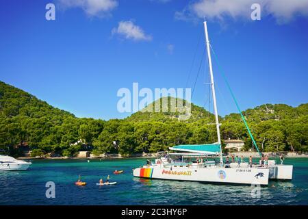 Catamaran amarré dans la baie de Playa de Formentor, au nord de Majorque, îles Baléares. Les touristes apprécient une excursion d'une journée avec des activités nautiques. Banque D'Images