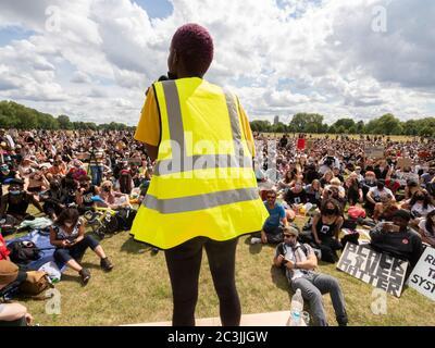 Londres. ROYAUME-UNI. Juin le 20 2020. Foule assis et à l'écoute d'un organisateur de BLM appelé Ada tout en donnant un discours dans Speakers Corner, Hyde Park.