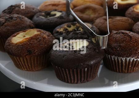 Assortiment de copeaux de chocolat, chocolat en marbre et muffins aux pommes sur un plateau à gâteau Banque D'Images