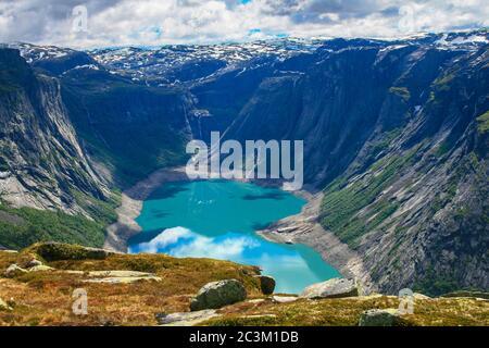 Vue panoramique sur le lac Ringedalsvatnet et les montagnes sur le chemin de randonnée vers la langue de Trolltunga, près d'Odda dans le comté de Hordaland, Norwa Banque D'Images