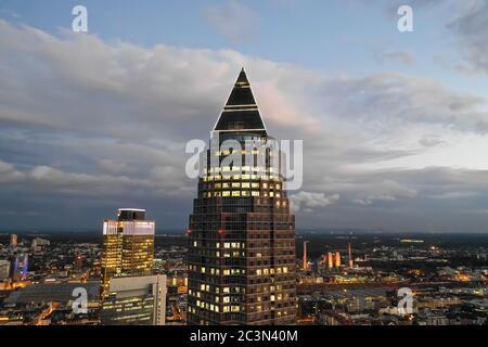 Vers novembre 2019: Vue aérienne incroyable de Messeturm à Francfort-sur-le-main, Allemagne Skyline de nuit avec lumières de la ville Banque D'Images