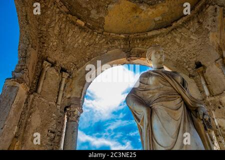 Ctober 14, 2018 - Ravello, Campanie, Italie - le petit temple avec la statue de Cérès, sur la terrasse de l'infini, à la Villa Cimbrone, sur l'Amal