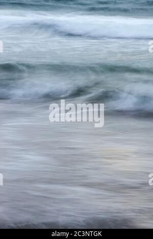 Longue exposition des vagues sur une plage Banque D'Images