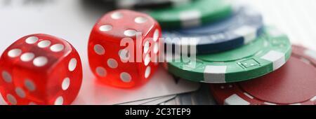 Gros plan sur la table sont des jetons de dés jouant des cartes