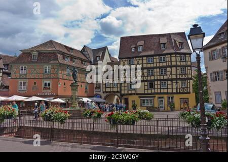 Colmar, vue sur la vieille ville du canal, pots de fleurs, France Banque D'Images