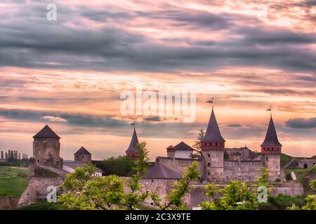 Ancien château ruthène-lituanien ou château de Kamianets-Podilskyi situé dans la ville historique de Kamianets-Podilskyi, Ukraine. Magnifique coucher de soleil Banque D'Images