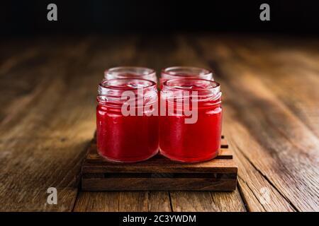 Des tireurs alcoolisés de couleur rouge ou des boissons sur une table en bois