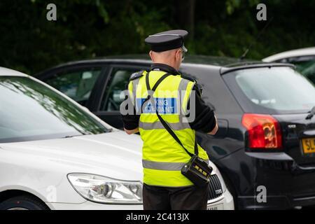 Edimbourg, Ecosse, Royaume-Uni. 23 juin 2020. Un gardien de parking donne un billet à Édimbourg pour une voiture garée illégalement. À partir du 22 juin, le Conseil municipal d'Édimbourg a commencé à émettre des billets de stationnement à la suite d'une suspension pendant la pandémie du coronavirus. Iain Masterton/Alay Live News Banque D'Images