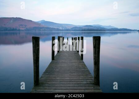 Ashness Jetty sur Derwent Water à l'aube dans le district de English Lake, Royaume-Uni Banque D'Images