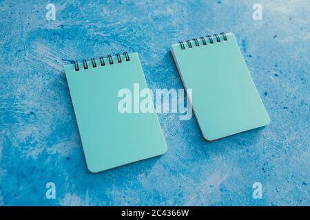 concept d'organisation et de planification d'entreprise, deux blocs-notes bleus assortis sur fond bleu