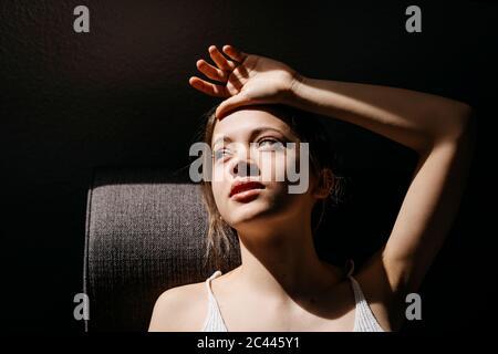 Vue en grand angle de la jeune femme attentionnés, allongé sur un canapé à la maison Banque D'Images