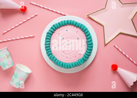 Studio photo de gâteau d'anniversaire, pailles à boire, tasses jetables, chapeaux de fête et décoration en forme d'étoile Banque D'Images