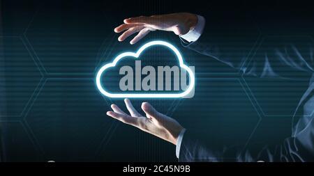 Concept de Cloud computing. Homme d'affaires méconnu en costume tenant une projection d'icône de nuage