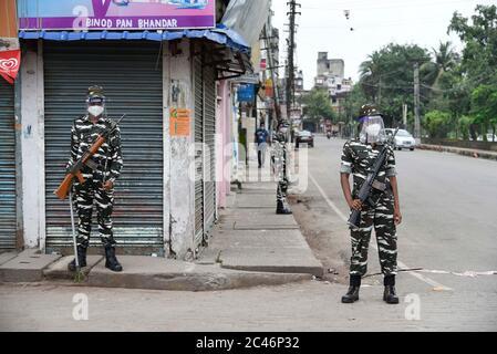 Guwahati, Assam, Inde. 24 juin 2020. Le personnel de sécurité garde dans une zone sous couvre-feu en raison de l'apparition des cas COVID-19, à Guwahati. Crédit : David Talukdar/ZUMA Wire/Alay Live News Banque D'Images