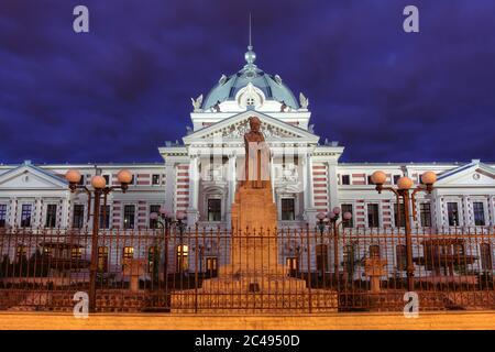 Récemment rénové Coltea Hospital un complexe historique de bâtiments dans le centre de Bucarest, Roumanie la nuit. Banque D'Images