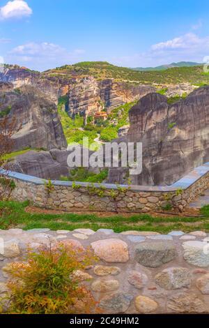 Vue panoramique de quelques monastères de Meteora sur la falaise dans les montagnes au printemps, Grèce Banque D'Images