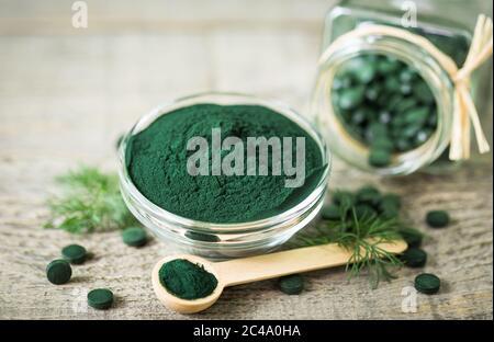 Comprimés de spiruline et poudre dans des bols