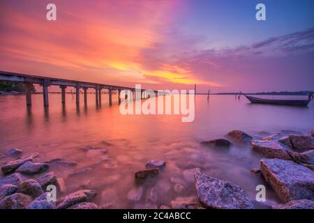 Magnifique coucher de soleil sur la plage. Concept de vacances
