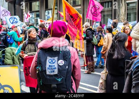 LONDRES/ANGLETERRE – FÉVRIER 22 2020 : extinction les manifestants de la rébellion durant le 2020 février mars avec l'avenir des parents 4