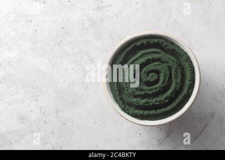 Algues vertes à cellules seules chlorella ou spiruline. Désintoxication superalimentaire sur fond de béton avec espace de copie