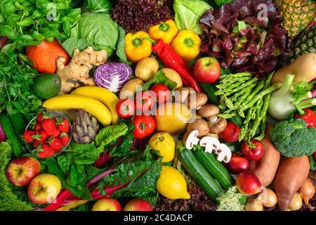 Pile de fruits et légumes dans de nombreuses couleurs appétissantes, tiré d'en haut, invitant à mener un mode de vie sain basé sur les plantes et l'auto-soin Banque D'Images
