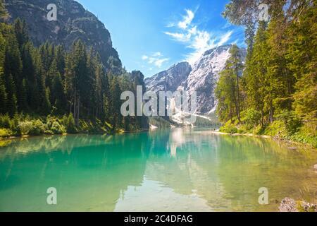 Le lac Braies dans les montagnes des Dolomites et la montagne Seekofel dans l'arrière du Tyrol du Sud, en Italie Banque D'Images