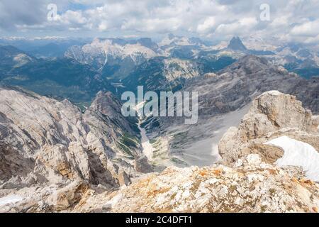 Vue panoramique sur les sommets de la montagne depuis les Staunies de Forcella dans les Dolomites (Italie, Sudtirol) Banque D'Images
