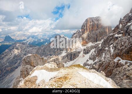 Vue panoramique sur les sommets des Dolomites depuis le sommet du Monte Cristallo Mastif en Italie, Tyrol du Sud Banque D'Images