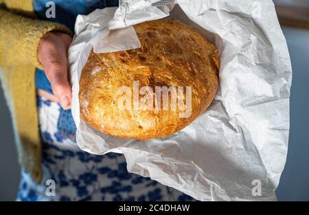 Pain de levain maison avec couteau à pain sur planche à découper photo prise par Simon Dack