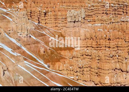 Une photo plein cadre de hoodoos de roche à Bryce Canyon, pendant l'hiver