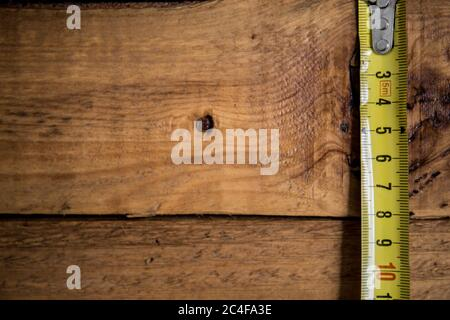 Outils pour travailler sur un arrière-plan en bois, placer pour le texte. Il y a un marteau, une pince et d'autres outils Banque D'Images