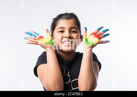 Petite fille mignonne montrant main peinte ou paume colorée Banque D'Images
