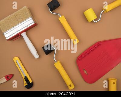 Un outil de peinture pour le papier peint. Arrière-plan beige.