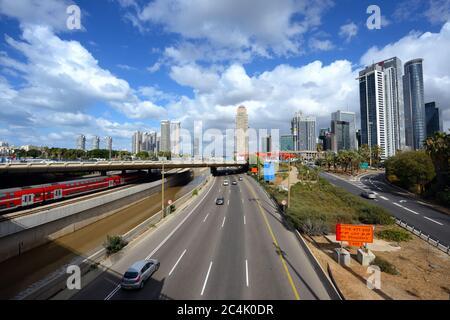 TEL AVIV, ISRAËL - NOVEMBRE 22,2017 : chemins de fer et chemins de fer à grande vitesse Ayalon à tel Aviv, Israël. Gratte-ciels de Ramat Gan et du nord de tel Aviv. Banque D'Images