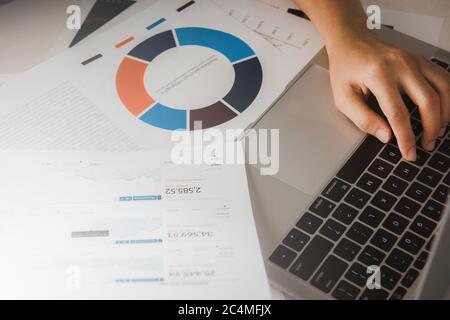 Businessman comptable ou expert financier analyser business report graphique et des finances tableau de bureau d'entreprise. Concept de l'économie, des finances d'avion bu