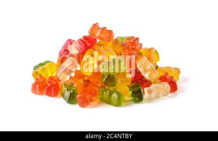 Pile de bonbons d'ours en gelée multicolores isolés sur fond blanc. Bonbons en gelée de couleurs différentes. Gommies à base de jus de fruits, de gélatine, de sucre.